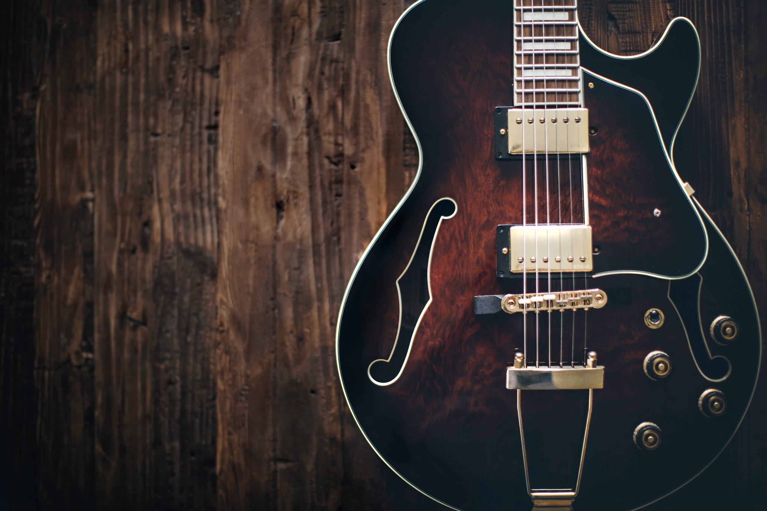「ギタリストが解説! ギター初心者が好きな曲を弾けるようになるまでのポイント」のアイキャッチ画像